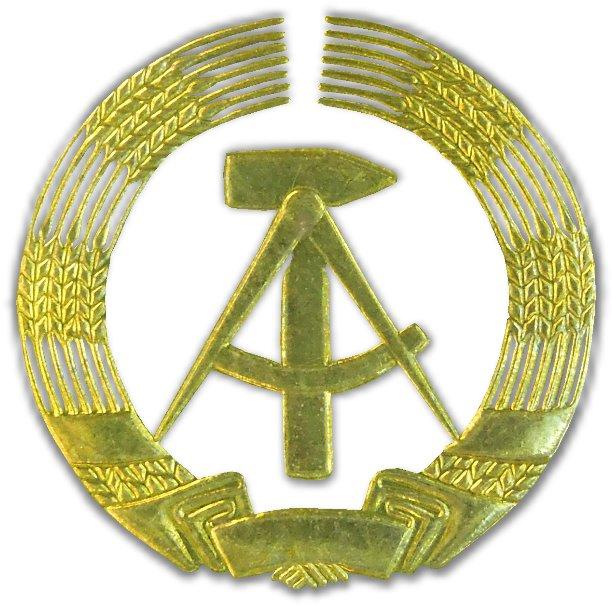 Das Bild zeigt das ausgeschnittene Wappen, das auf den Münzen und Gedenkmünzen der DDR aufgeprägt ist.