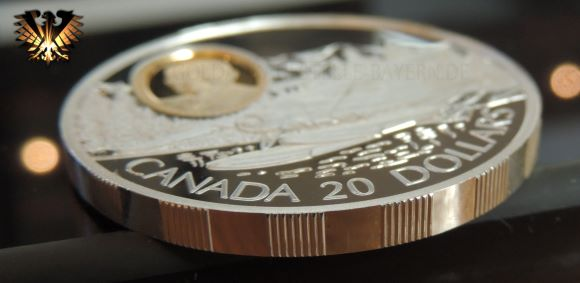 In der Seitenansicht gut zu sehen, der abwechseld geriffelt und glatte Rand der 20 $ Münze aus Canada zum Thema Luftfahrt