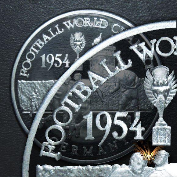 Detailansichr einer Fußballmünze zur Weltmeisterschaft im Fußball, im Jahr 1954, mit Jules-Rimet Silber Pokal auf der Münze.