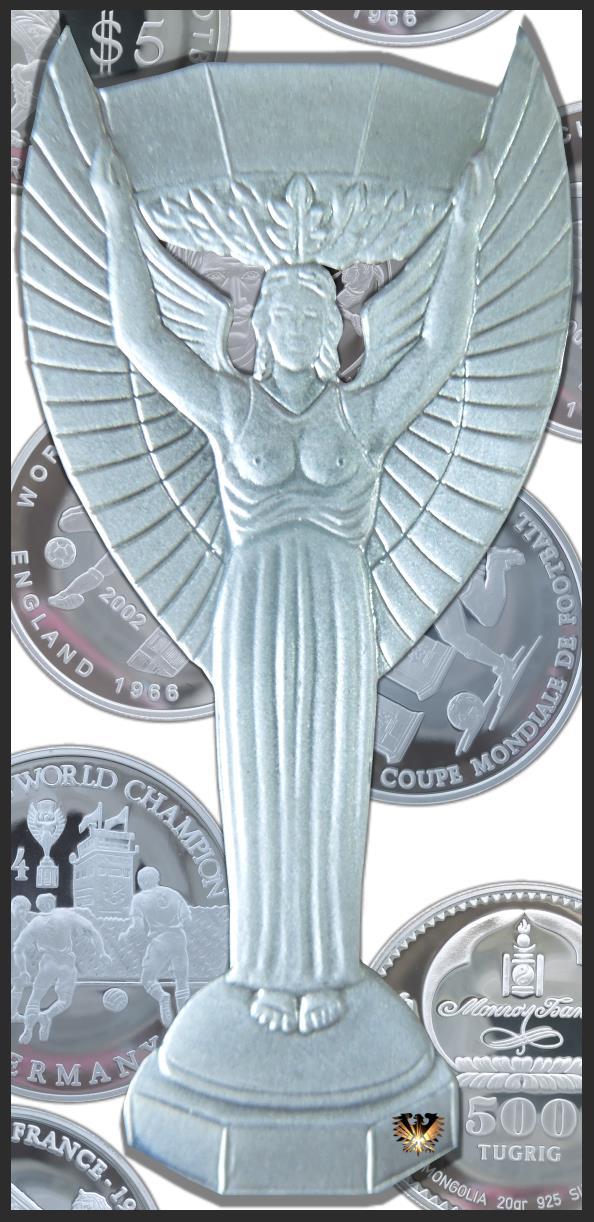 Die Jules Rimet Trophäe vor Fußballmünzen. Der Wanderpokal wurde von 1930 bis 1970 verliehen, dann nach 3-maligem WM Sieg in den Besitz des Brasilianischen Fußballverband CBF übergegangen.
