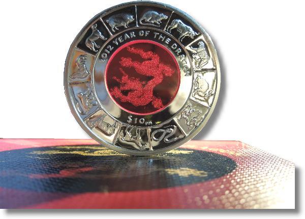 Detailansicht im Gegenlicht der Schmuckmünze zu 10 Dollars aus British Virgin Island. Der leuchtende Drache aus dem chinesischem Horoskop.